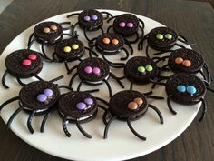 Leuke traktatie: Oreo-spinnen met dropveter poten en mini smarties als ogen. Plat Halloween, Halloween School Treats, Halloween Desserts, Halloween Food For Party, Halloween Cookies, Halloween Oreos, Group Halloween, Halloween Decorations, Halloween Costumes