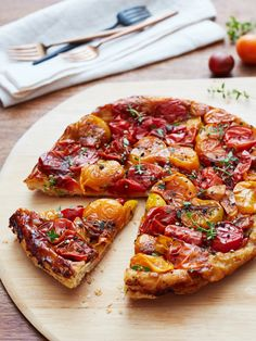 A simple yet showstopping recipe for a savory tarte tatin with caramelized cherry tomatoes for lunch or dinner. Pan Dulce, Chorizo, Tomato Tarte Tatin, New Recipes, Cooking Recipes, Cooking Tips, Vegetarian Recipes, Tomato Quiche, Salsa