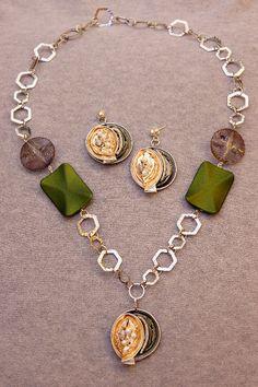 Kette und Ohrringe aus Nespresso Kapseln in gold und grün, mit Perlen und aufwändigen Applikationen.