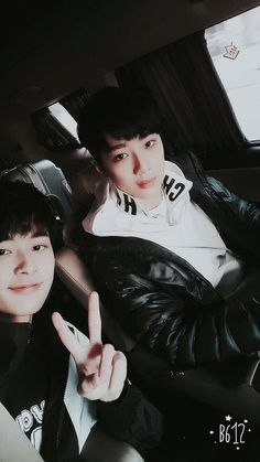 Kuan Lin and Seon Ho / 라이관린 &유선호 I love friendship K Pop, Yoo Seonho, Guan Lin, Lai Guanlin, Thing 1, Produce 101 Season 2, Boy Pictures, Kim Jaehwan, Ha Sungwoon