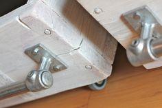 Blanc lavé régénérée échafaudage et galvanisé acier tuyau mural et système de plancher permanent industriel Chic vestiaire penderie - son dessin ou modèle industriel fonctionne parfaitement dans un milieu urbain sophistiqué et décontracté habitable... le système décrit ici a été conçu pour un appartement en centre ville dans un ancien moulin - il maximise lespace de stockage disponible et est également une caractéristique étonnante !  Ce système de rayonnage peut être fait sur mesure selon…