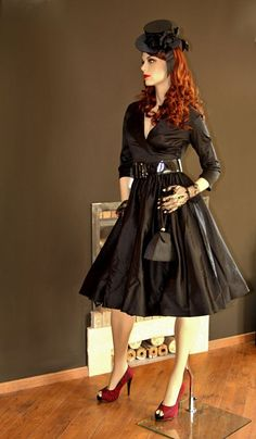 La robe Birdie noire satin shakira et sa ceinture | ROBES PIN UP ATTITUDE : All the stuff was in French, but it's a nice dress!