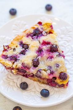 Easy Blueberry Pie ( a Crustless Pie Recipe!) - Averie Cooks - Crustless Blueberry Pie – FAST, super EASY, no-mixer dessert that's perfect for summer entertai - Easy Blueberry Pie, Blueberry Pie Recipes, Blueberry Yum Yum, Blueberry Cake, Dessert Simple, Crustless Pie Recipe, Easy Pie, Pie Dessert, Easy Desserts