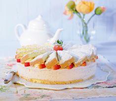 Diese fruchtige und saftige Torte wird mit zwei Lagen Biskuit und feinen Erdbeeren zubereitet.
