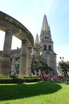 Rotonda de los Jaliscienses Ilustres, con la Catedral al fondo.