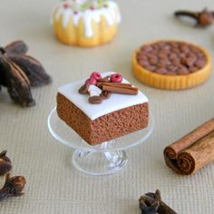 Miniature spice cake by LillipuceBoutique on Etsy Polymer Clay Cake, Polymer Clay Miniatures, Dollhouse Miniatures, Miniture Food, Barbie Food, Tiny Food, Cute Clay, Cute Desserts, Spice Cake
