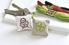 Boho Embroidery Embroider and sew an adorable lucky charm with this tutorial and collection of 7 free mini embroidery patterns. - Embroider and sew an adorable lucky charm with this tutorial and collection of 7 free mini embroidery patterns. Embroidery Patterns Free, Hand Embroidery Designs, Vintage Embroidery, Modern Embroidery, Embroidery Thread, Band Kunst, How To Make Metal, Cushion Embroidery, Lazy Daisy Stitch