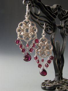 Questi orecchini di chainmaille timone cerchio erano intessuti da 18 gauge, argento salto anelli. Monete di granato sfaccettati pendono dal