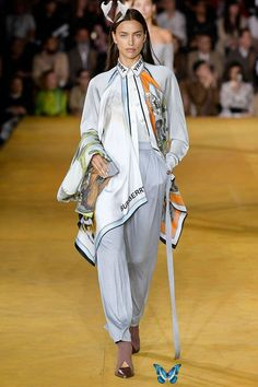 Riccardo Tisci Debuts an Airy, Imaginative SS20 Collection for Burberry Burberry SS20 London Fashion Week Runway Show | HYPEBAE<br> Kendall Jenner, Bella Hadid and other memorable faces walked the runway. Vogue Fashion, Fashion 2020, Runway Fashion, Spring Fashion, High Fashion, Fashion Show, Fashion Outfits, Fashion Trends, London Fashion