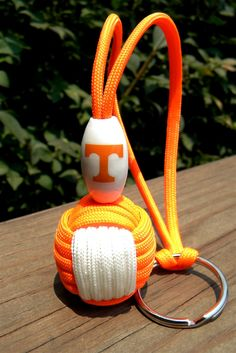 Tennessee Vols paracord monkey fist key chain with Officially Licensed logo bead Paracord Knots, Paracord Keychain, Paracord Bracelets, Survival Bracelets, Finger Knitting, Loom Knitting, Paracord Projects, Paracord Ideas, Monkey Fist Keychain