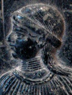 Parte de uma placa votiva para a deusa Ninsun . A mulher retratada é uma sacerdotisa.