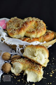 Mucenici moldovenesti impletiti - CAIETUL CU RETETE Romanian Food, Romanian Recipes, Eclair, Cake Recipes, Dessert Recipes, Pastry And Bakery, Food Cakes, Sweet Bread, Bruschetta