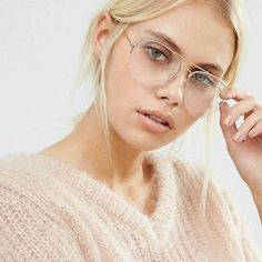Shop Pieces Clear Lens Aviator Glasses at ASOS. Cute Glasses, Girls With Glasses, Glasses Frames, Ray Ban Mujer, Celebrities With Glasses, Glasses Trends, Lunette Style, Eyewear Trends, Fashion Eye Glasses