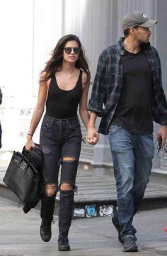 """La moda de los jeans rotos y desaliñados regresa para esta temporada y, el """"ángel"""" luso, Sara Sampaio se ha unido a ella."""