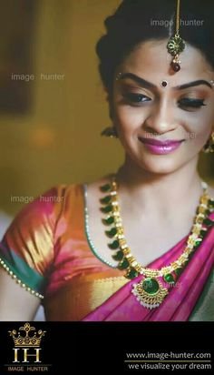 Traditional Southern Indian bride wearing bridal saree, jewellery and hairstyle. Indian Bridal Sarees, Indian Bridal Makeup, Indian Bridal Wear, Indian Wear, South Indian Weddings, South Indian Bride, South Indian Jewellery, Gold Jewellery, Saree Jewellery