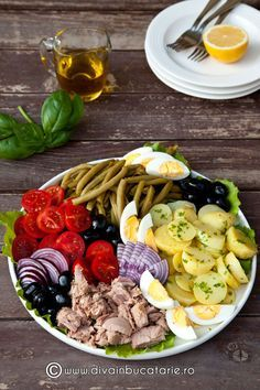 SALATA NICOISE | Diva in bucatarie Roasted Eggplant Dip, Nicoise, Romanian Food, Cooking Recipes, Healthy Recipes, Fresh Herbs, Soul Food, Meal Prep, Food And Drink