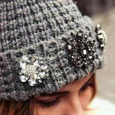How to Chic: Knit beanie with brooches Vintage Pins, Vintage Brooches, Vintage Jewelry, Look Fashion, Fashion Details, Fashion Accessories, Fashion Jewelry, Bling, Winter Mode