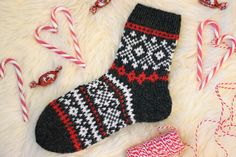 Diy Crochet And Knitting, Crochet Socks, Knitting Stitches, Knitting Socks, Knitting Patterns, Knit Slippers Free Pattern, Knitted Slippers, Wool Socks, Fabric Crafts