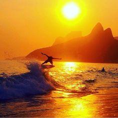 """SUNSET's Surf!!! Alohaaaa!!! O Rio de Janeiro é Mágico!!! Venha Surfar em um dos pôr do sol mais bonito do mundo... Venha aprender a Surfar... Informações: (21) 98000-2680 PARADISE ACTION ADVENTURE """" Viva o Sonho, Liberte-se."""" #sunset #surf #liberdade #praia #paz #luz #surfday #surfparadise"""