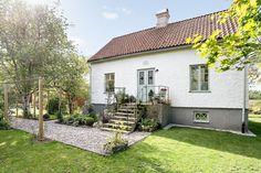Fantastisk mindre gård med ca 2 Ha mark i Halla. Här bor ni i ett levande samhälle endast 15 min i bil från Visby. Fint vitputsat hus om 5 rum och kök med bra gemensamhets ytor. Huset är smakfullt renoverat med vackra ytskikt och gedigna trägolv. Lada med lammboxar, hönshus, lösdriftsdel och festlokal för 60-90 personer. i Ladan finns vatten och el indraget vilket ger möjlighet till olika verksamheter. Carport, utedusch samt en vacker gru...