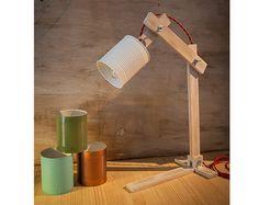 Modèle «sol metal» une lampe de bureau simple mais élégante entièrement fabriquée à la main, utilisant les maximum des matériaux recyclés et totalement personnalisable.  Infos : Faite dune boîte de tomate recyclées, lensemble du processus est artisanal, chaque Articles.  Le corps est fait en bois dIroko, un bois dur et résistant. Vous aurez plusieurs options de finition selon votre goût, noubliez pas de sélectionner votre option :  1: naturel : est la couleur du bois. 2: silver : le bois…