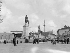 Ankara Ulus Meydanı, hala var olan Zincirli cami-i  1940 lı yıllar ..