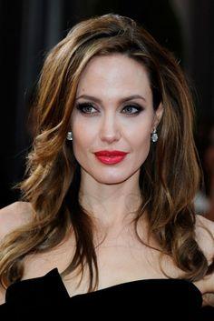 Para estas fiestas - El rouge nunca falla. Angelina Jolie ha encontrado en este color de labial un aliado para la alfombra roja.