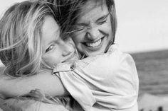Ludzie o nieodpartym uroku i ich 11 nawyków - Piękno umysłu Couple Photos, Couples, Articles, People, Group Of Friends, Life Tips, Hug, You Are Wonderful, Friendship