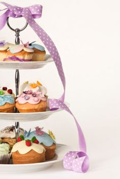 Are you looking for tips to make the perfect cupcakes? Check out our 10 tips to make the perfect cupcakes. Tea Cakes, Cupcake Cakes, Cupcakes, Cupcake Ideas, Cupcake Tier, Fete Audrey, Tea And Crumpets, Cupcake Heaven, Afternoon Tea Parties