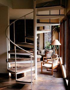 【サブの動線】リビングとスキップフロアの間の螺旋階段   住宅デザイン