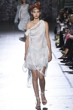 See the complete John Galliano Spring 2017 Ready-to-Wear collection.