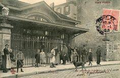 Le bâtiment abritant la Flèche d'Or, café concert bien connu des amateurs, était autrefois l'ancienne Gare de Charonne du réseau de la Petite Ceinture de Paris (voir article). Ouverte en 1862, en même temps que les gares de la rive droite de l'Est de Paris, ces stations devaient faciliter l'accès aux usines d'un quartier en pleine industrialisation.