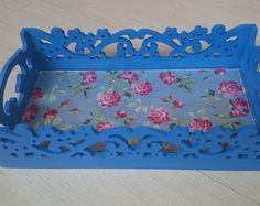 Bandeja decorativa estilo Provençal, em MDF, pintura azul celeste, acabamento em verniz fosco, revestida em tecido 100% algodão protegido com vidro transparente para perfeita higienização.  Produto versátil combinando com seu lavabo, sua sala, sua suite, sua cozinha. Altura: 8.50 cm Largura: 19.50 cm Comprimento: 35.00 cm