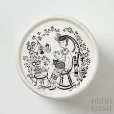 Arabia Emilia round jar + lid, designed by Raija Uosikkinen. Find out more about Nordic vintage from Finland on our website 🔎 www.astialiisa.com⠀  🌍 Free shipping on orders over 50 €!  #raijauosikkinen #arabia #arabiafinland #scandinavianvintage  #finnishvintage #nordicvintagehome #finnishhomes #nordichome #nordichomes #nordicdishes #nordicvintage #vintagedishes #retrodishes #uosikkinen #Finnishdesign #retrocups #coffeecup #Scandinaviandesign #Emilia #jar