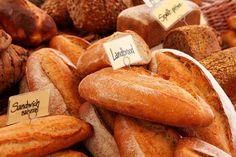 Soñar con pan es quizás uno de los sueños menos frecuentes entre las personas, principalmente por que es un detalle que fácilmente pasa por alto. En el diccionario de los…