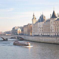 Beautiful Paris in winter .... la Conciergerie and Pont au Change @magnifiquefrance #france #Paris