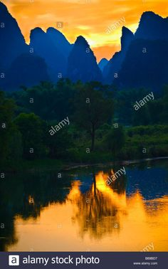 Download this stock image: Silhouette of hills at dawn, Guilin Hills, Li River, Yangshuo, Guangxi Province, China - B69BD7 from Alamy's library of millions of high resolution stock photos, illustrations and vectors.