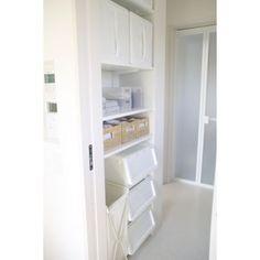 この画像のページは「洗面所、もうゴチャゴチャさせない!使いやすく見た目も美しい収納棚」の記事の7枚目の画像です。洗面所に清潔感を持たせるために白色を中心にカゴや収納ケースを用途別にセレクトして  実用性もあるシンプルでクリーンな収納棚です。関連画像や関連まとめも多数掲載しています。