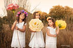 Niñas con rosas de papel y coronas