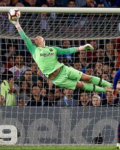 Ter Stegen - FC Barcelona is doing he's job very well Messi Soccer, Soccer Goalie, Good Soccer Players, Football Players, Fc Barcelona Players, Barcelona Football, Club Football, Football Soccer, Soccer World
