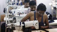 Foto: Empleados de una fábrica textil en Nueva Delhi. (Foto: REUTERS/Adnan Abidi)