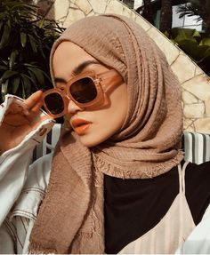 How to Style Hijab With Crinkle Pashmina - Do you have a scarf with cotton crinkle materials? This kind of scarf or pashmina already so trending these days all around fashion hijabers. Casual Hijab Outfit, Ootd Hijab, Hijab Chic, Hijabi Girl, Girl Hijab, Modern Hijab Fashion, Muslim Fashion, Hijab Moda, Hijab Style Tutorial