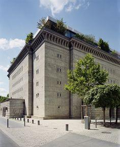 Au croisement de la Albretchstrasse et de la Reinhardtstrasse le piéton se sent tout petit face à l'imposant cube de béton qui se dresse sur cinq étages. Vestige de la période nazie, construit en 1942 par Karl Bonatz sur les directives de l'architecte du régime Albert Speer, le bunker témoigne de l'architecture massive dont Hitler rêvait pour Germania, la nouvelle capitale du III ème Reich qui devait remplacer Berlin.