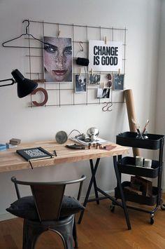 2. Escritorio simple, con estantes sobre ruedas para tener todo al alcance.