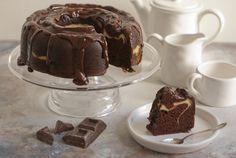 bundt cake al cioccolato con ripieno morbido di formaggio e una ganache al cioccolato fondente usata per glassare il dolce