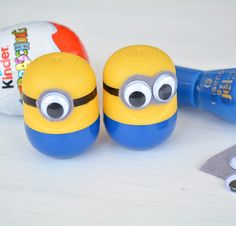 DIY: Kopfhöreraufbewahrung in Minions-Optik - Minions Party - Obst Happy Birthday Minions, Egg Crafts, Diy And Crafts, Crafts For Kids, Minion Craft, Diy Headphones, Credit Card Application, Minion Party, Diy Party
