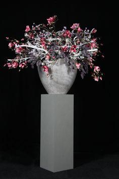 decoratiestyling op zuil met decoratietakken en zijde bloemen van webshop…