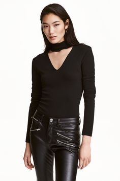 Fine-knit turtleneck jumper: Fitted, fine-knit jumper with a turtle neck, buttons at the back of the neck, a cut-out V-neck at the top and long sleeves. Knitting Loom Socks, Sweater Knitting Patterns, Boho Fashion, Fashion Outfits, Fashion Online, Leather Pants, Turtle Neck, Clothes For Women, How To Wear