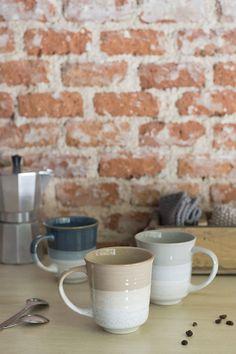 """Estas tazas de gres esmaltado son perfectas para desayunar o tomarte un chocolate caliente antes de ir a la cama. Son de tipo mug y tienen una capacidad de 350 ml. Si te gusta el estilo """"Kinfolk"""" sin duda estas tazas están hechas para ti.  Son de gres esmaltado blanco con la parte superior en varios colores (azul, beige y gris). Selecciona tu modelo favorito en la pestaña y llévatela a casa. ¡O hazte con la colección completa! #rderoom #taza #mug"""