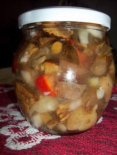 na 1 kg hub nakrájených a povařených ve slané vodě 5 až 7 minut, budeme ještě potřebovat 1/2 kg cibule na kolečka a 1/2 kg barevných paprik... Thing 1, Pickles, Cucumber, Potatoes, Beef, Canning, Vegetables, Food, Jars